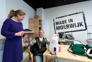 Minister Carola Schouten praat met een deelnemer aan het project Made in Moerwijk Moerwijk Coöperatie Geloven in Moerwijk.© Henriette Guest