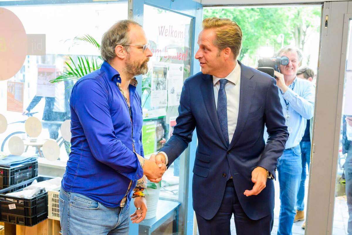 Neo de Bono van Geloven in Moerwijk met Minister Hugo de Jonge van VWS Fotocredits Jeroen van der Meyde